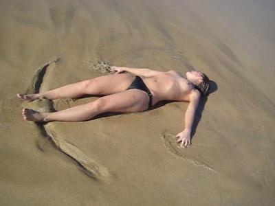 csajszi a tengerparton