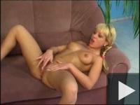 O blondă pe canapea