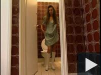 Egy gyors menet a lánykolesz wc-ben