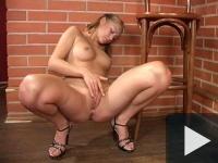 Sabrina se joacă cu vibratorul pe scaunul de la bar
